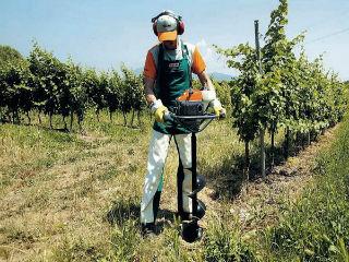 Процесс бурения электробуром садовым