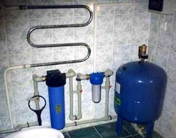 Пример размещения вертикального гидроаккумулятора в санузле.