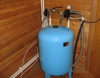 Пример расположения вертикального бака-гидроаккумулятора в помещении.