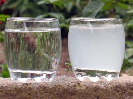 Стакан с чистой водой и с водой, содержащей примеси железа.