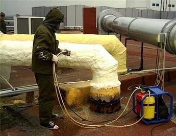 Процесс использования жидкого пенополиуретана для теплоизоляции труб.