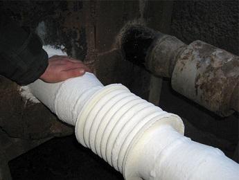 Труба, утепленная с помощью теплоизоляционной краски.