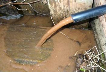 Вода из загрязненной скважины.