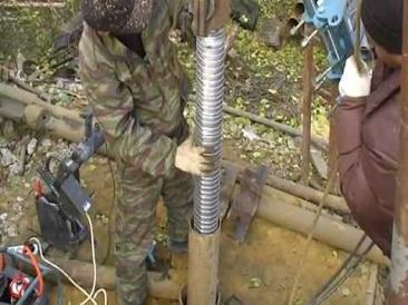 Этап установки механического фильтра-сетки в скважину на песок.