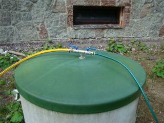 Заводская пластиковая крышка для колодца с подключенным насосом