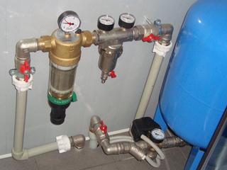 Фильтры грубой и тонкой очистки воды в системе водопровода.
