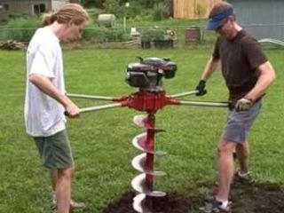 Процесс бурения скважины с помощью мощного двухместного бензобура