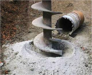 Шнек для бурения скважины во время работы