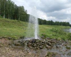 Вода бьет из артезианской скважины под напором