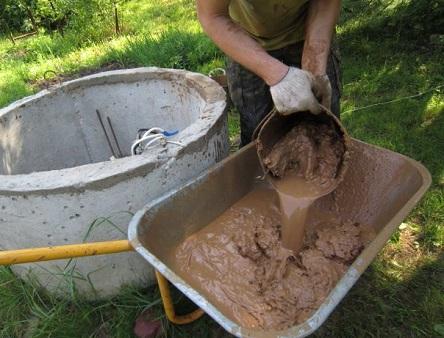 Чистка колодца от скопившегося ила и грязи