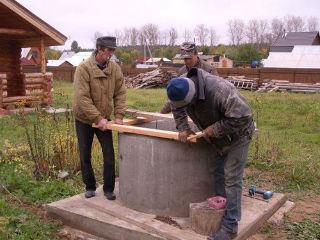 Процесс монтажа домика на колодец