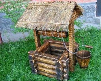 Декоративно отделанный домик для колодца в старинном стиле