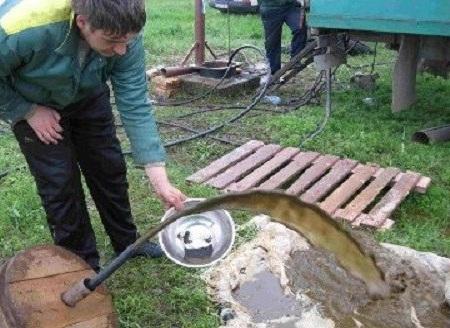 Начальный этап промывки - выход загрязненной жидкости из скважины