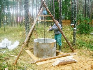 Использование ручной лебедки для установки бетонных колец