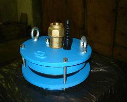 Фирменная крышка на скважину со специальными креплениями и отверстием под шланг