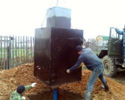 Монтаж металлического кессона для скважин с помощью автомобильного крана