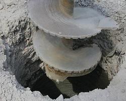 Процесс бурения ямы под колодец