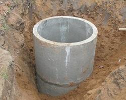 Установка бетонных колец при копке колодца