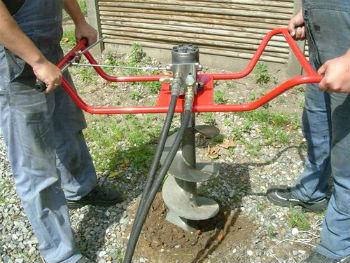 Бурение скважины с помощью двухместного мотобура