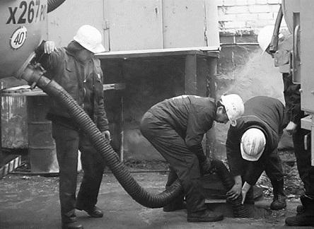 Погружение шланга илососа в канализационный колодец