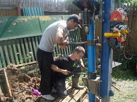 Процесс установки пластиковых обсадных труб