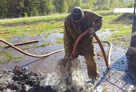 Процесс промывки скважины насосом
