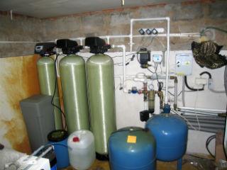 Схема подключения систем фильтрации и обезжелезивания в бытовых условиях.