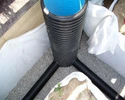 Смонтированный пластиковый поворотный колодец на подготовке из гальки