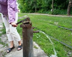 Дачный водяной насос в действии