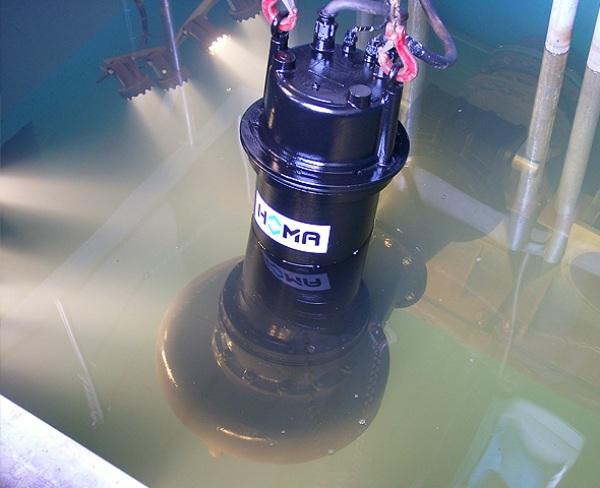Процесс откачки сточных вод погружным насосом