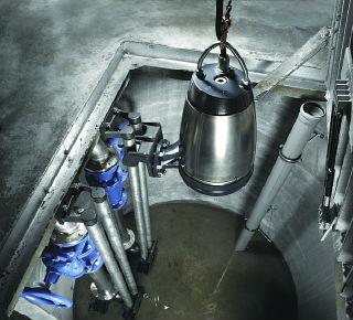 Процесс монтажа погружного фекального насоса в канализационный резервуар