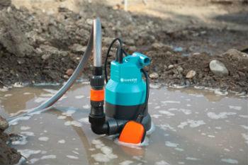 Стандартный дренажный электрический насос во время работы
