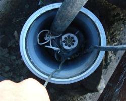 Вибрационный погружной насос, застрявший на выходе из обсадной трубы