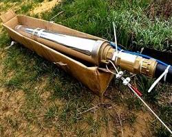 Подключенный глубинный насос, готовый к опусканию в скважину