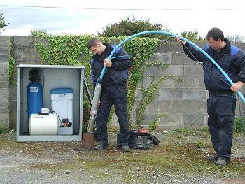 Процесс установки погружного насоса в обсадную трубу скважины