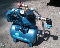 Поверхностный насос вместе с гидроаккумулятором и реле давления
