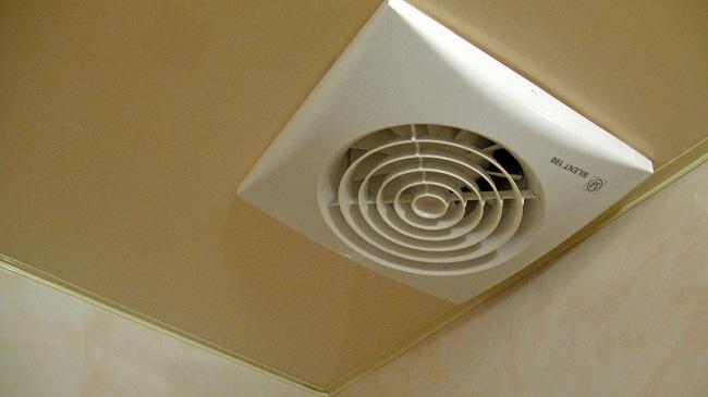 Вентилятор установлен на вытяжном канале для осуществления принудительной вентиляции помещения