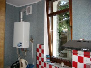 Двухконтурный газовый котел на кухне, 50 л.