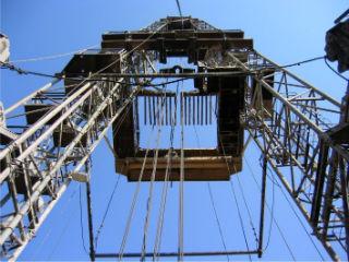 Система верхнего силового привода буровой установки, буровая вышка