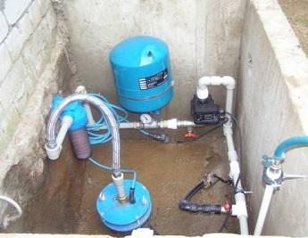 Пример расположения оборудования: гидроаккумулятор и насосная станция в приямке.