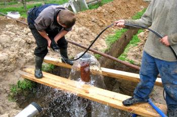 Прокачка воды из очищенной скважины.