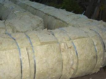 Труба, утепленная рулонами минеральной ваты.