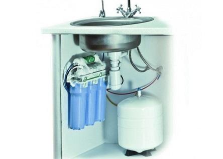 Пример компактного расположения фильтров и гидроаккумулятора под кухонной мойкой.