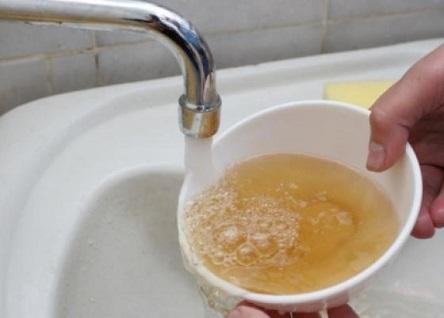 Вода из крана с большой концентрацией примесей железа