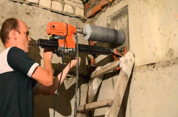 Стандартное бурение бетонной стены с применением средних алмазных коронок