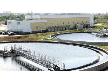 Крупные очистные сооружения для биохимической обработки сточных вод.