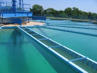 Очищенная биологическим методом жидкость проходит последний этап обработки.