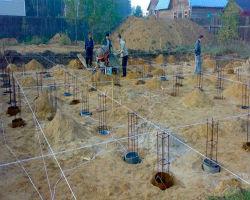 Готовые скважины под свайный фундамент, с оборудованной арматурной сеткой и разметкой