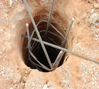 Пробуренная скважина под фундамент, готовая к бетонированию