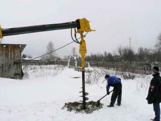 Бурение скважины зимой с помощью механического шнекового бура